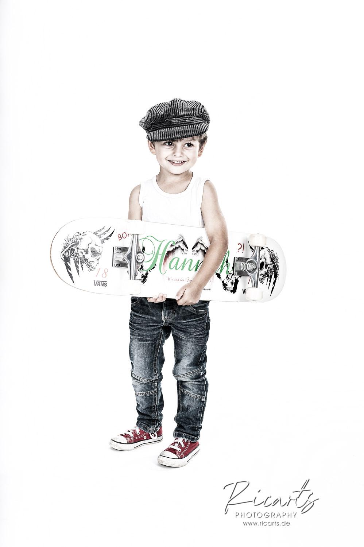 Portraitbild kleiner Junge mit Scatebord