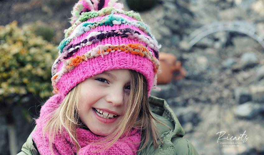 Portraitbild Kleinkind mit Mütze outdoor