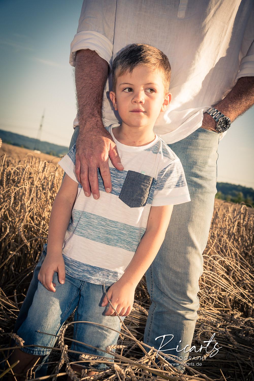 Portraitbild kleiner Junge outdoor