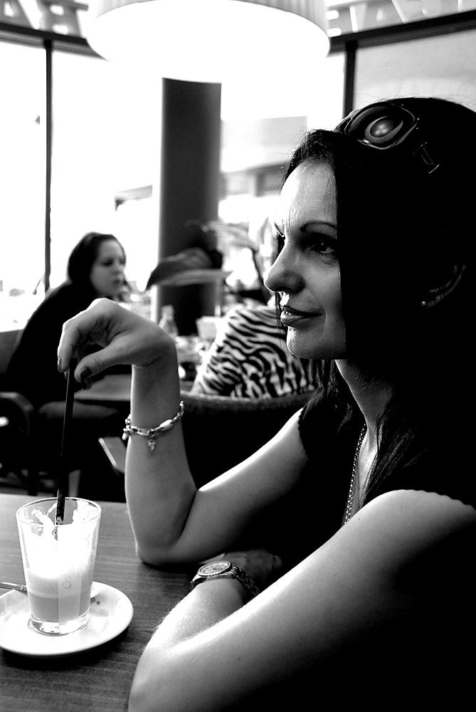 Frau sitzt im Café