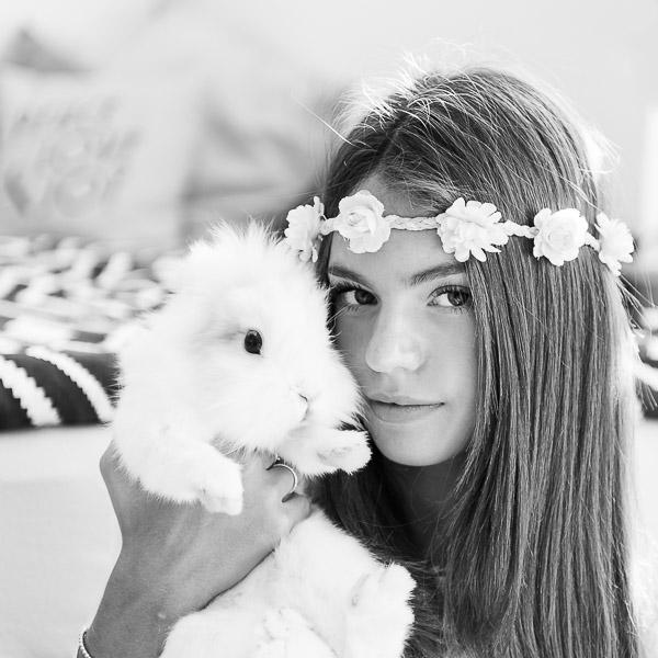 Fotografie-Portrait-Schwarzweiss-Maedchen-mit-Hase