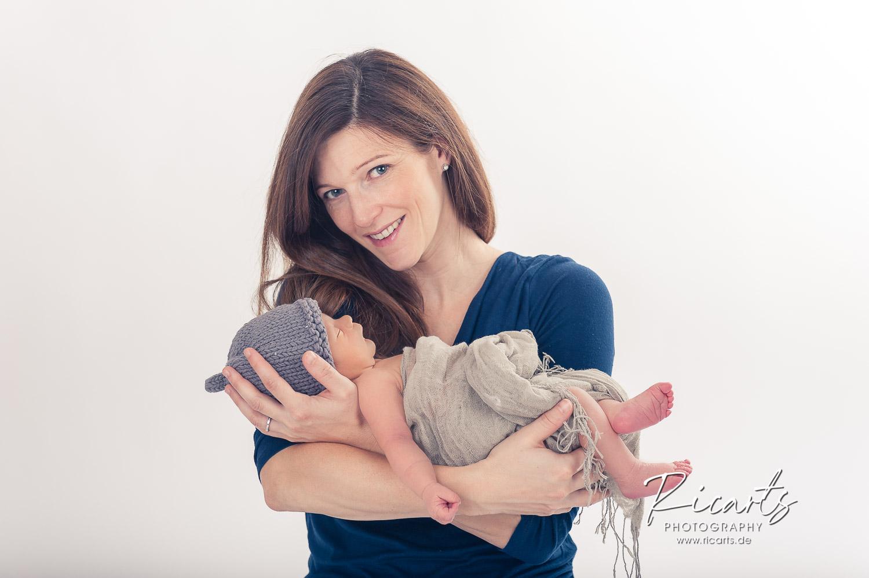Frau mit Newborn Baby schlafend