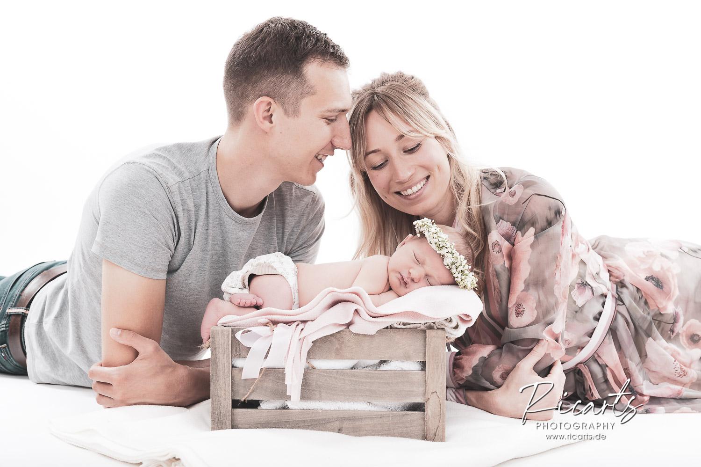 Paar mit Newborn Baby schlafend