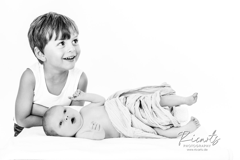 Fotografie-Newborn-Baby- mit Kleinkind