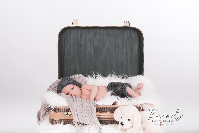 Newborn Baby im Koffer