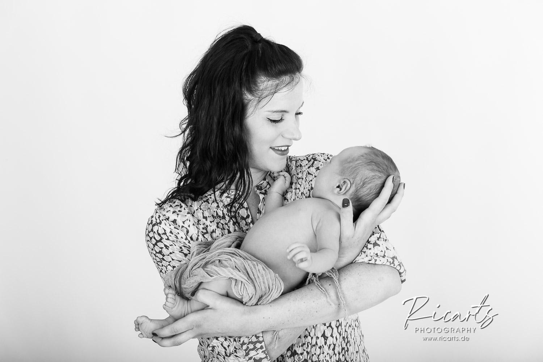 Frau mit Newborn Baby im Arm