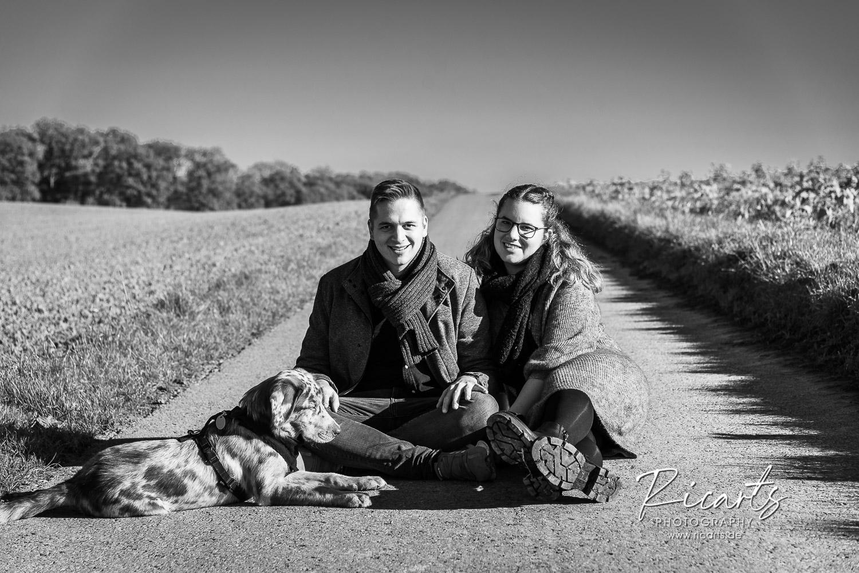 Portraitfoto Junges Paar mit Hund