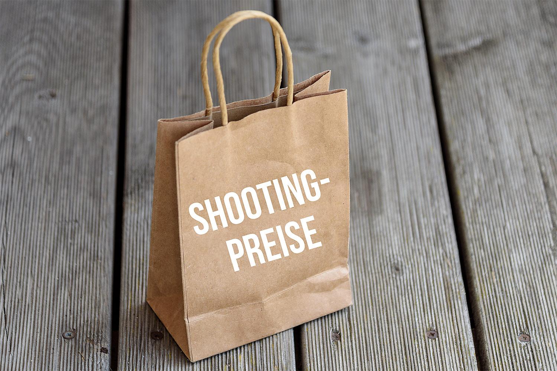 visuelles-kommunikationsdesign-Papier-Einkaufstasche-auf-Holzboden