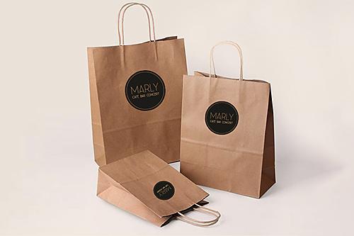 visuelles-kommunikationsdesign-cafe-marly-papiertueten-mit-logo-aufkleber