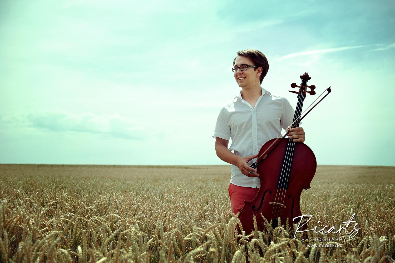 Portraitfoto junger Mann mit Cello