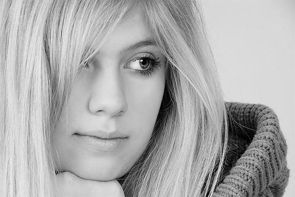 Portrait-Fotografie-junge-Frau-schwarzweiss