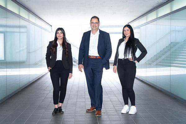 Fotografie-Business-Portrait-Mann-mit-zwei-Frauen-in-Unterführung